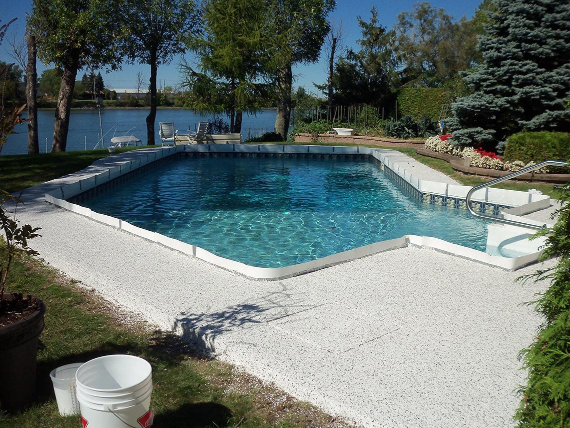 Remise neuf d un contour de piscine avec notre poxy for Ciment pour piscine